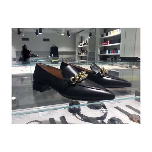 It's Loafers time! 🖤  chunky chain bold + stylish   RANIA KROUPI style!  #prometheusbound #loafers #προμήθειας δεσμώτης  #idconceptstores  #raniakroupishoes #raniakroupiluxuryshoes #chankychain #sustainablefashion  #handmadeinathens